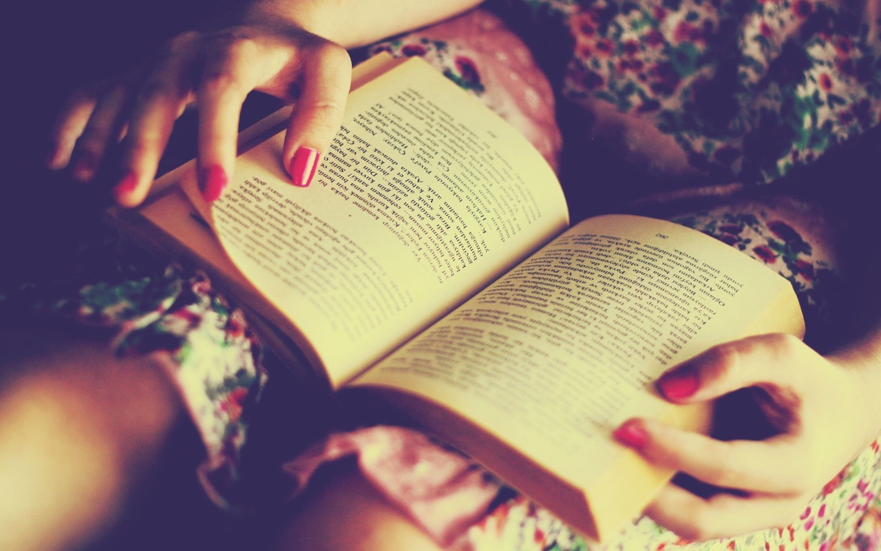 aproveitar melhor o dia, relaxar, lendo um livro, pessoa descansando