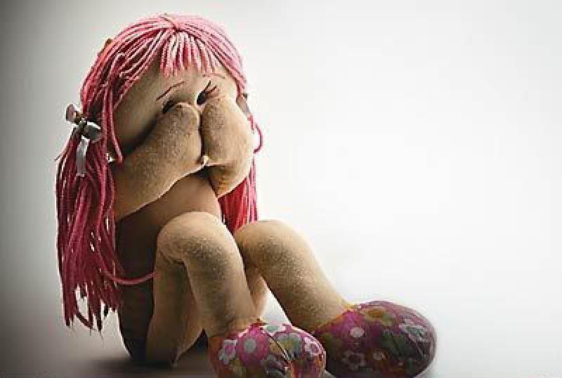 maus tratos, criança assustada, boneca, boneca de pano, criança abusada, abuso infantil, violência infantil