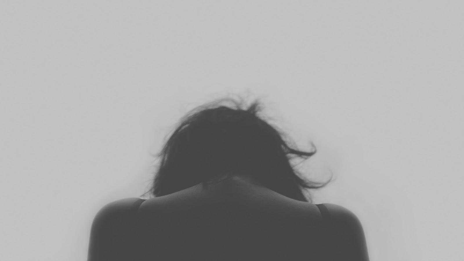 relacionamentos abusivos, relação de abuso, relacionamento, pessoa de costas