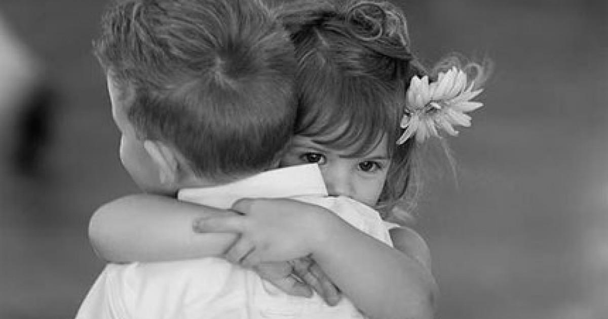 o que falar quando alguém morre, consolar, crianças abraçadas