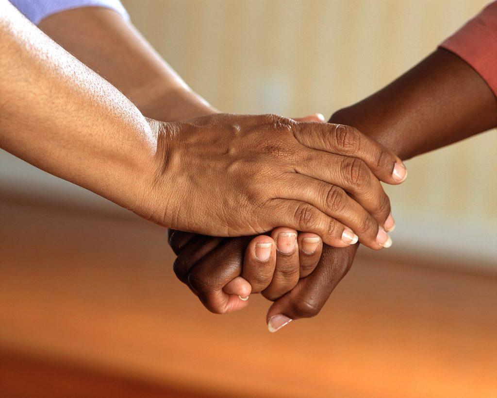 por que tirar a própria vida hands people friends communication