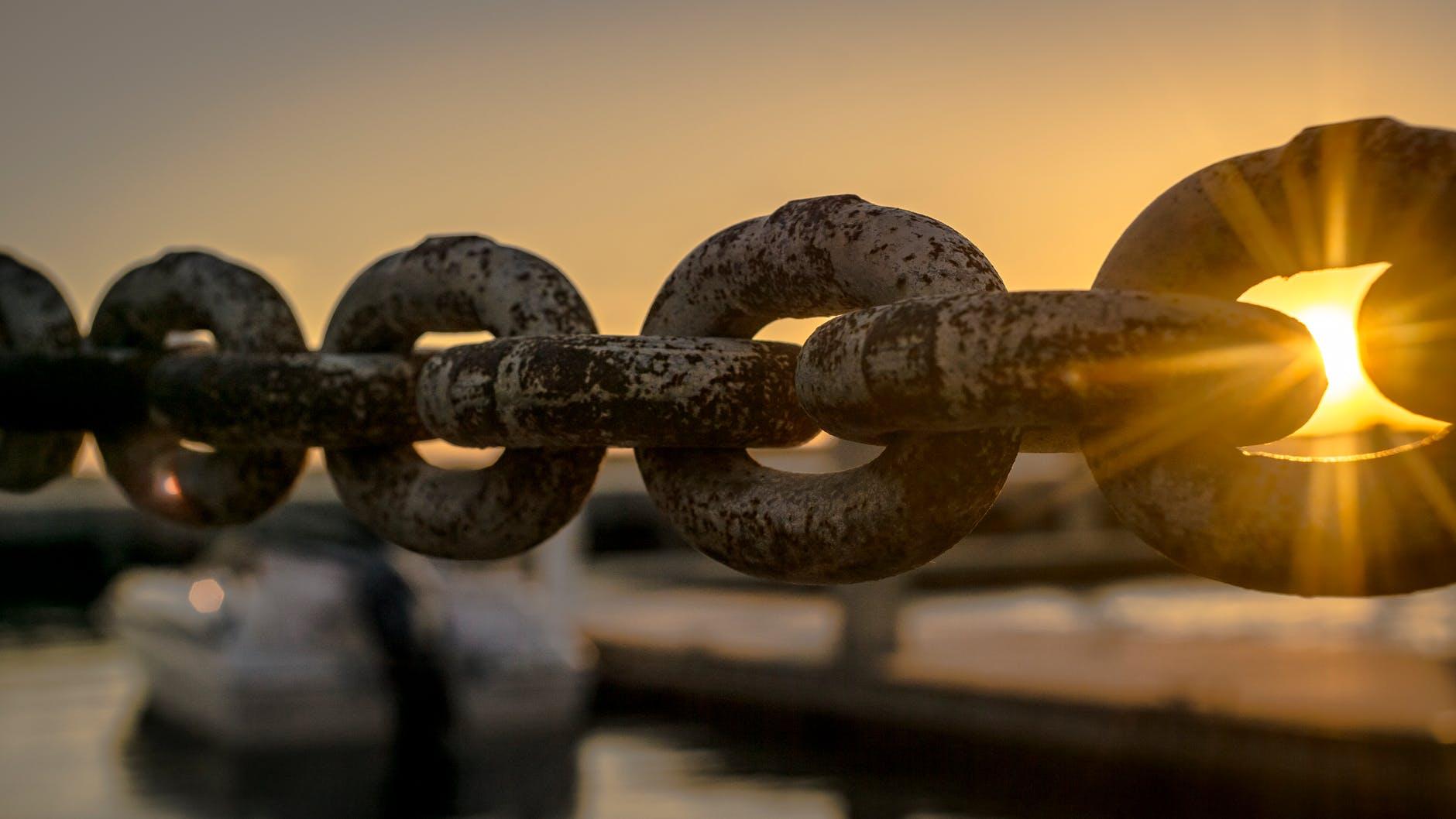 selective focus photoraphy of chains during golden hour você é a pessoa mais importante