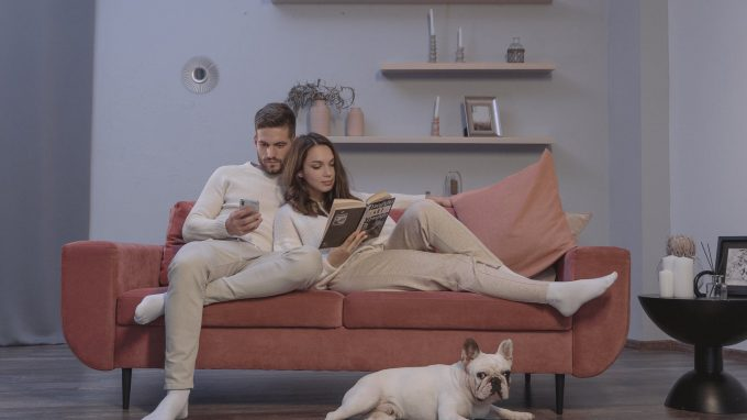 man and woman sitting on couch dependência emocional