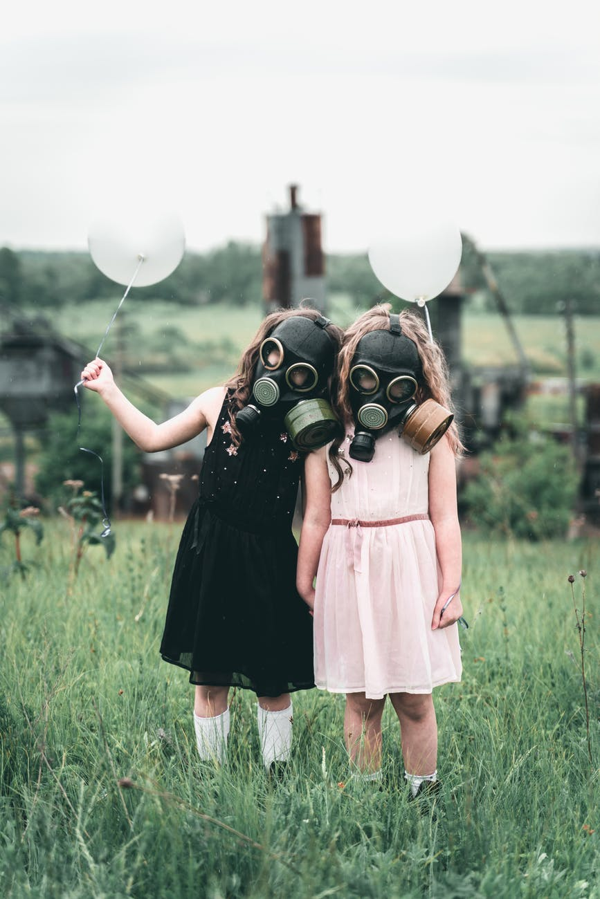 kids with gas mask holding a balloon filhos tóxicos